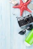 Reis en vakantiepunten op houten lijst Stock Afbeelding