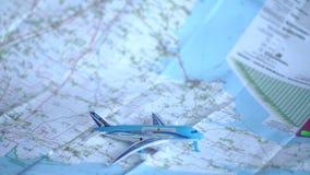 Reis en vrije tijd op een vliegtuig stock videobeelden
