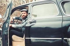 Reis en zakenreis of hapering wandeling reis door auto van gebaarde hipster royalty-vrije stock afbeeldingen