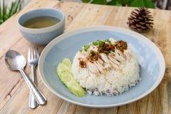 Reis gedämpft mit Hühnersuppe lizenzfreies stockbild