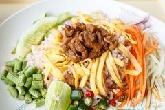 Reis gemischt mit Garnelenpaste lizenzfreies stockbild
