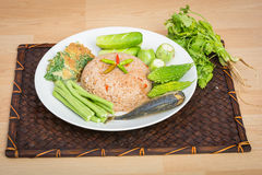 Reis gemischt mit Garnelenpaste gebratener Makrele lizenzfreie stockbilder