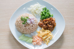 Reis gemischt mit Garnelepaste Stockfotos