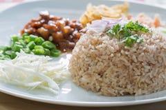 Reis gemischt mit Garnelepaste Stockbilder