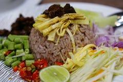 Reis gemischt mit Garnelepaste Stockfoto