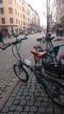 Reis in grote steden met fietsen stock foto's