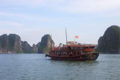 Reis in Halong-Baai Het Overzees en de Blauwe Hemel op de Boot Halong C Stock Fotografie