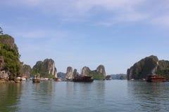 Reis in Halong-Baai Het Overzees en de Blauwe Hemel op de Boot Halong C Royalty-vrije Stock Foto