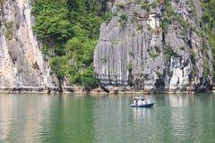 Reis in Halong-Baai Het Overzees en de Blauwe Hemel op de Boot Halong C Stock Foto