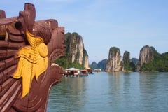 Reis in Halong-Baai Het Overzees en de Blauwe Hemel op de Boot Halong C Stock Afbeeldingen