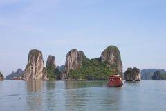 Reis in Halong-Baai Het Overzees en de Blauwe Hemel op de Boot Halong C Royalty-vrije Stock Afbeelding