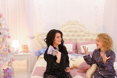 Reis of het avontuur van het twee de koele zustersbegin, die op bed in B zitten Royalty-vrije Stock Afbeeldingen