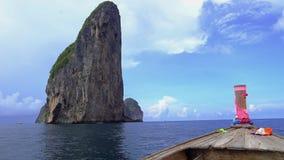 Reis het eiland met een lange staartboot naar PhiPhi stock footage