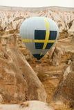 Reis Hete Luchtballon die boven Rotsvallei vliegen, Ballooning stock foto's