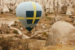 Reis Hete Luchtballon die boven Rotsvallei vliegen, Ballooning stock afbeeldingen