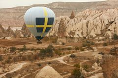 Reis Hete Luchtballon die boven Rotsvallei vliegen, Ballooning royalty-vrije stock foto