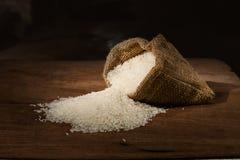 Reis im kleinen Leinwandsack Lizenzfreie Stockfotos