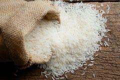 Reis im Leinwandsack Stockfoto