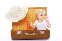 Reis, kinderen, vakantie - concept Het leuke grappige baby spelen Stock Foto