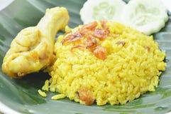 Reis kochte mit Huhn im Curry auf Platte Stockbilder