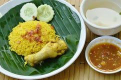 Reis kochte mit Huhn im Curry auf Platten- und Suppenschale Stockbilder