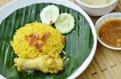 Reis kochte mit Huhn im Curry auf Platten- und Suppenschale Stockfotos