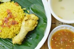 Reis kochte mit Huhn im Curry auf Platten- und Suppenschale Stockbild