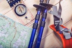 reis - kompas, kaart, trekkingspolen stock fotografie