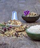 Reis, Löffel auf altem Holztisch Lizenzfreie Stockfotografie