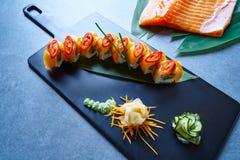 Reis Maki Sushi mit Lachspaprikaspargel lizenzfreie stockfotos