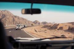 Reis met auto in woestijn stock afbeelding