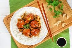 Reis mit Acajoubaum Hühnerfleischklöschen und -soße Stockfotografie