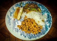 Reis mit Bohnen und Fleisch in einem eleganten Teller lizenzfreie stockbilder