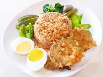 Reis mit Chili Dip und Codiments vereinbaren mit Beilage Lizenzfreie Stockfotografie