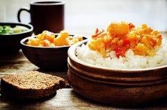 Reis mit Curryblumenkohl Stockfotos