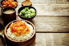 Reis mit Curryblumenkohl Stockfoto
