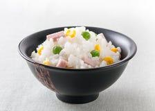 Reis mit Erbsen, süßem Mais und Schinken Stockbilder