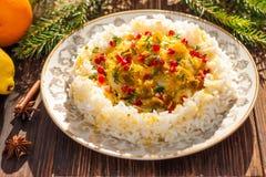 Reis mit Fischen in der orange Soße für ein Weihnachts- oder des neuen Jahresabendessen Lizenzfreie Stockfotos