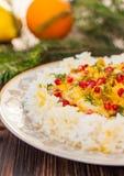 Reis mit Fischen in der orange Soße für ein Weihnachts- oder des neuen Jahresabendessen Stockbild