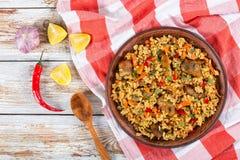 Reis mit Fleisch, Pfeffer, Gemüse und Gewürzen auf Teller stockfoto