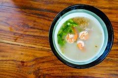 Reis mit Garnele auf hölzerner Tabelle stockbild