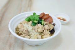 Reis mit gedämpftem Huhn und Wurst auf Platte stockbild