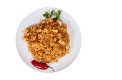 Reis mit Gemüse und Fleisch in einer Platte Beschneidungspfad eingeschlossen Getrennt Lizenzfreie Stockfotografie