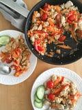 Reis mit Gemüse und Huhn in einer Bratpfanne und auf Platten Lizenzfreies Stockbild