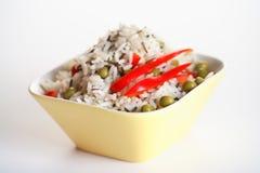 Reis mit grünen Erbsen und rotem Pfeffer lizenzfreie stockfotos