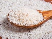 Reis mit hölzernem Löffel. Stockbild