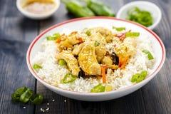 Reis mit Huhn und Gemüse Stockfoto