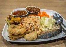 Reis mit kühler Paste der thailändischen Nordart, gebratene Makrele und Stockfoto