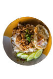 Reis mit Knoblauchhühnergebratenem und Spiegelei (Thailändische Lebensmittelart) lizenzfreies stockbild