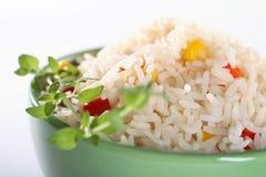 Reis mit Kräutern stockfoto